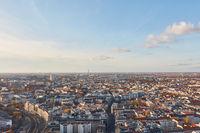 Urbane Großstadt Berlin von oben mit Himmel