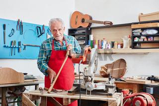 Gitarrenbauer Meister in der Werkstatt