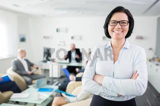 Ältere Business Frau freut sich selbstbewusst