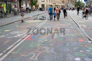 Kreidebilder auf der Strasse Noerrebrogade in Kopenhagen