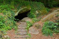 Grotte im Wald von Huelgoat in der Bretagne, Frankreich - Cave in Huelgoat forest in Brittany, France