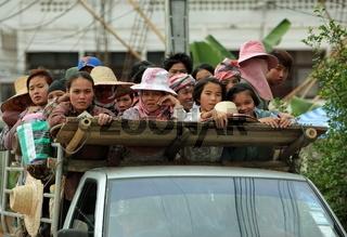 Menschen auf einem Pick Up Lastwagen beim Dorf Fang noerdlich von Chiang Mai im Norden von Thailand.
