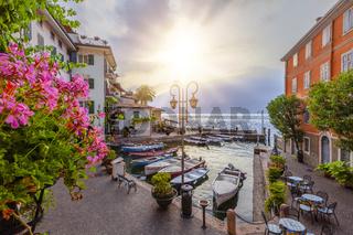 Sonnenaufgang im Hafen von Limone am Gardasee, Brescia, Lombardei, Italien