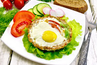 Tartlet meat with egg on board