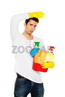 Mann mit Putzmittel. Putzen der Wohnung. Hausmann