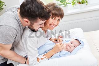 Glückliche Eltern freuen sich über ihr Baby