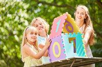Kinder und Mutter bauen ein Traumhaus