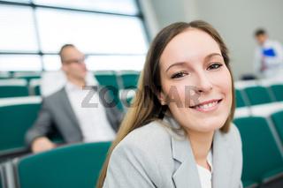 Junge Geschäftsfrau in einem Lehrgang