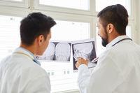 Radiologen diskutieren einen Befund