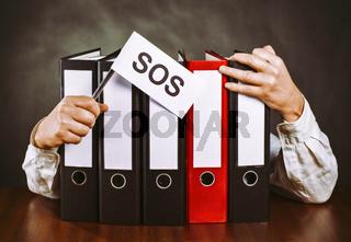 Aktenordner mit Händen und SOS Zeichen