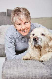 Ältere Frau freut sich über ihren Hund