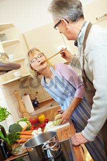 Senioren kochen gemeinsam