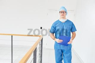 Junger Chirurg in blauer OP-Kleidung