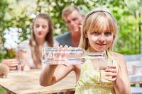 Durstiges Mädchen gießt sich Wasser ein