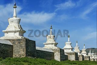 Umfassungsmauer mit Soyombo Stupas
