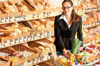 Grocery store: Young business woman