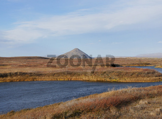 Palagonitkegel Vindbelgjarfjall; am See Mývatn in Island im Herbst
