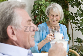 Glückliches älteres Paar trinkt Kaffee