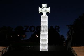 Estland, Tallinn, Denkmal für den Unabhängigkeitskrieg am Freiheitsplatz bei Nacht