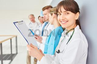 Krankenschwester oder Ärztin in der Ausbildung