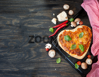 Pizza Margherita in Herzform