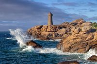 Leuchtturm Phare de Ploumanach in der Bretagne in Frankreich - Lighthouse Phare de Ploumanach in Brittany, France