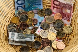 Spendenkorb für Sammlung.  Geld Spende mit Euro