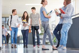 Studenten in der Universität in einer Pause