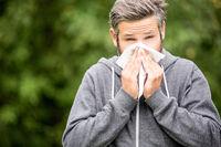 Mann hat eine Allergie Krankheit