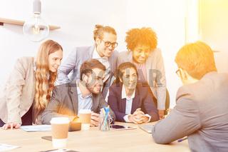 Beratung von Business Team im Büro durch Consultant
