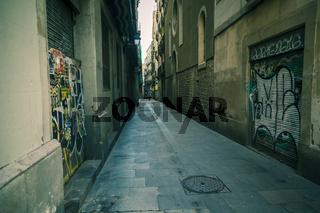 Eine enge Gassse in Barcelona, Katalonien, Spanien.
