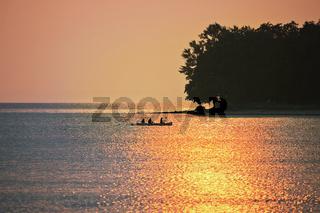 Ruderer bei Sonnenuntergang auf dem Bodensee