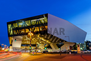 Porsche Museum Stuttgart bei Nacht Deutschland moderne Architektur