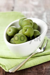 grüne Oliven in Schale