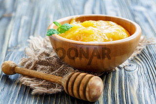 Flower honey in a wooden bowl.