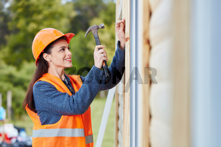 Frau als Handwerker Lehrling mit Hammer