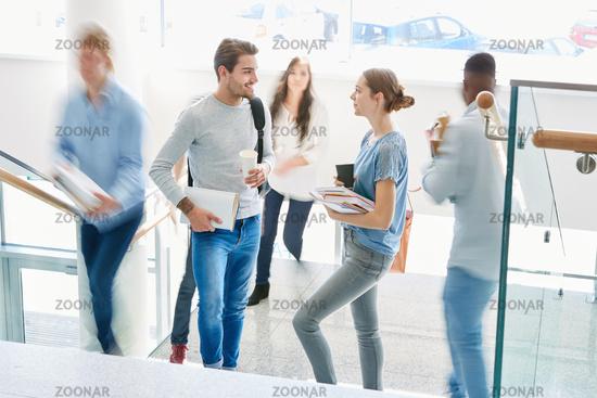 Zwei junge Studenten unterhalten sich