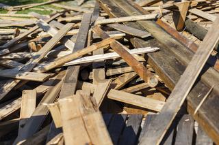 Altes Holz, Reste einer Renovierung, bereit für die Wiederverwertung, das Recycling.