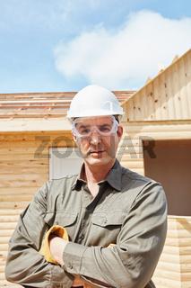 Bauarbeiter mit Schutzbrille und Schutzhelm
