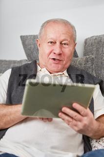 Senior mit Tablet in seiner Freizeit