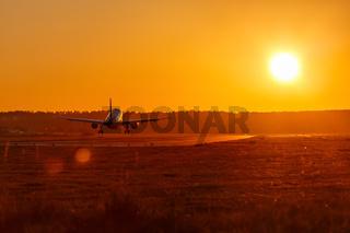 Flugzeug landet Flughafen Sonne Sonnenuntergang Ferien Urlaub Reise reisen