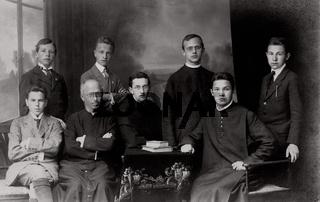 Personengruppe von Jungen Männern und Priestern, historische Aufnahme um 1910 / jung mans and priestly, historic photograph, around 1910