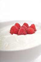Frische Himbeeren in Schale mit Joghurt