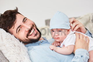 Lachender Vater und sein kleines Baby