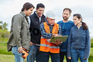 Handwerker Team mit Chef und Laptop