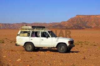 Jeep in einer Wüstenlandschaft, Sahara, Libyen
