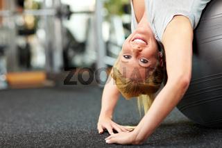 Frau trainiert mit Gymnastikball