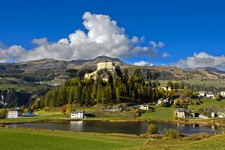 Schloss Tarasp über dem Taraspsee, Unterengadin, Graubünden, Schweiz