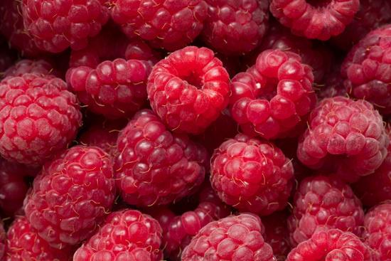 Haufen Obst rote rohe Himbeeren