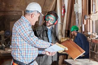 Senior erklärt Lehrling Holzverarbeitung